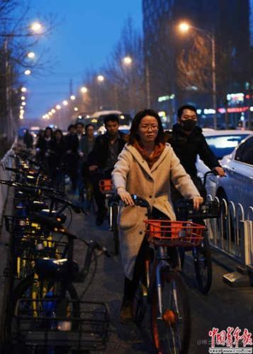 下班时间,上地十街,一群西二旗人骑着不同颜色的共享单车奔向地铁站。实习生 杨子怡 摄
